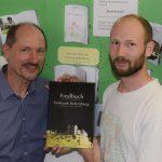 Stephan Bammer und Florian Scheitler mit dem Findbuch vor einer Klassenarbeit über Hohenburg.